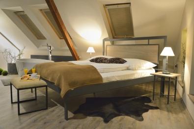 kovová posteľ s drevom