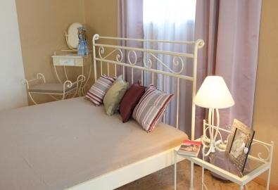 Kovaná posteľ krémová