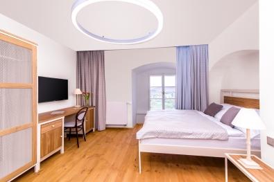 kovová posteľ s drevom Almeria