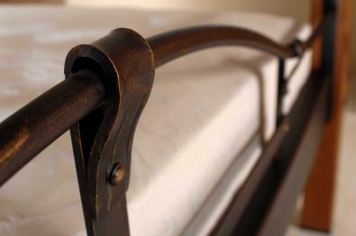 Posteľ kombinácia kov drevo