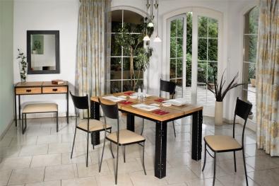 Robustný železný stôl s nýtováním a masivnou dubovou delenou doskou s hrúbkou 4 cm