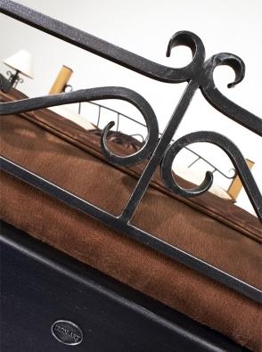 Kovová postel s drevenými nohami Altea