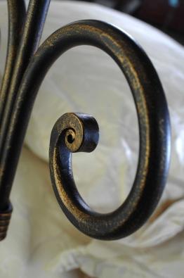 kovová posteľ s drevenými nohami