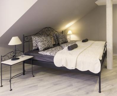 Nočný stolík Malaga s drevom